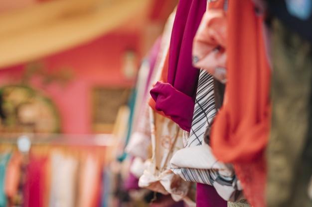 camicia-colorata-che-appende-sulla-ferrovia-nel-negozio_23-2148175733